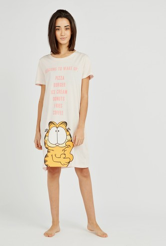 قميص نوم بياقة مستديرة وأكمام قصيرة وطبعات غارفيلد