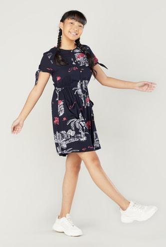 فستان قميص بياقة مستديرة وأكمام قصيرة بطبعات