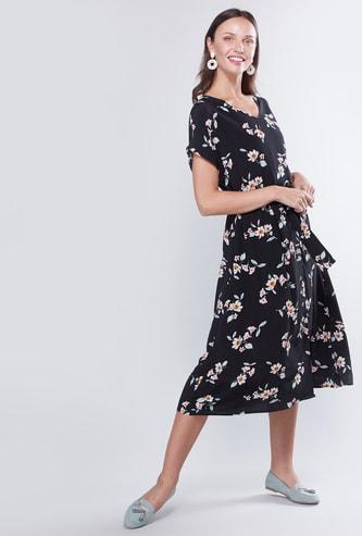 فستان إيه لاين بطبعات متوسط الطول بأكمام قصيرة وتفاصيل حزام
