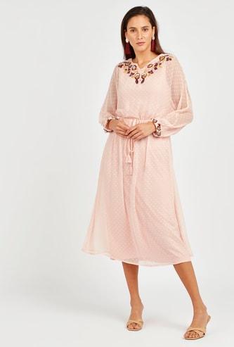 فستان متوسط الطول منسوج مع تطريزات زهور وأكمام طويلة شفافة