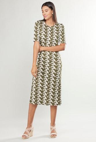 فستان متوسط الطول بياقة مستديرة وأكمام قصيرة وطبعات زهرية
