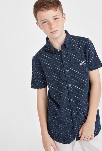 قميص بطبعات منقطة مع ياقة بزر سفلي وأكمام قصيرة
