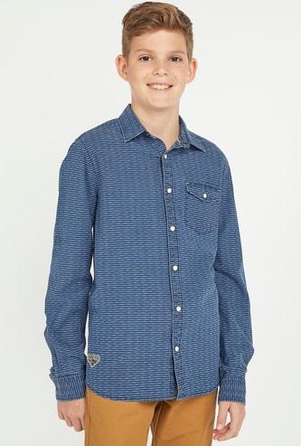 قميص بارز الملمس بياقة عاديّة وأكمام طويلة