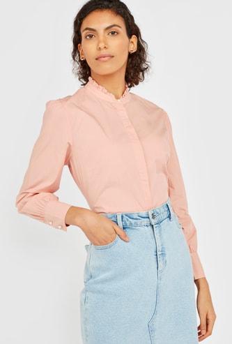 قميص سادة بياقة بأطراف غير مستوية وأك��ام طويلة