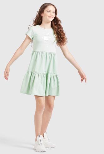 فستان متعدد الطبقات بأكمام كاب وياقة مستديرة وطبعات يونيكورن