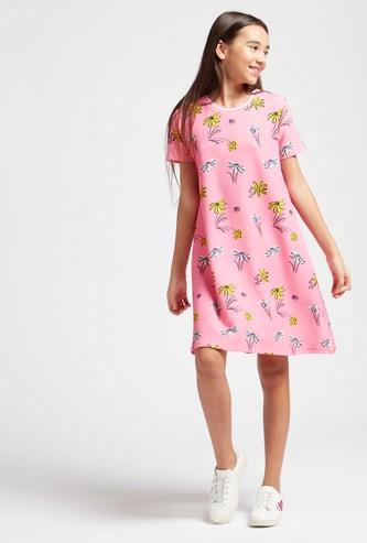 فستان بياقة مستديرة وأكمام قصيرة وطبعات أزهار بالكامل