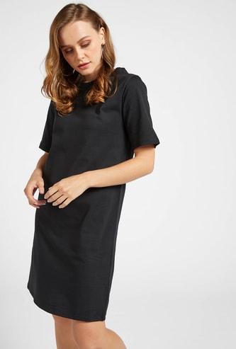 فستان تيشيرت قصير سادة بياقة مستديرة وأكمام قصيرة