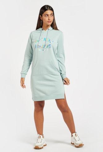 فستان كنزة بأكمام طويلة وجيب كنغر وطبعات منقوشة