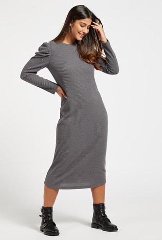 فستان واسع ميدي مضلّع بأكمام طويلة وتفاصيل مرصعة