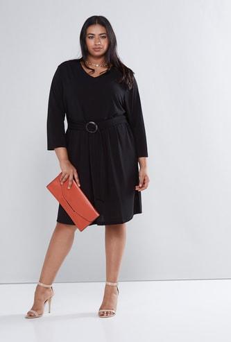 فستان متوسط الطول بأكمام 3/4 وياقة في وتفاصيل حلقات