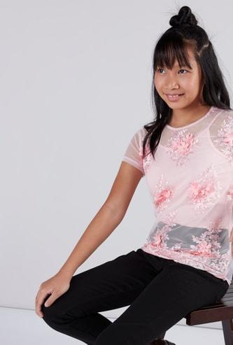 بلوزة بأكمام قصيرة وياقة مستديرة مع طبعات الأزهار وقميص داخلي قصير