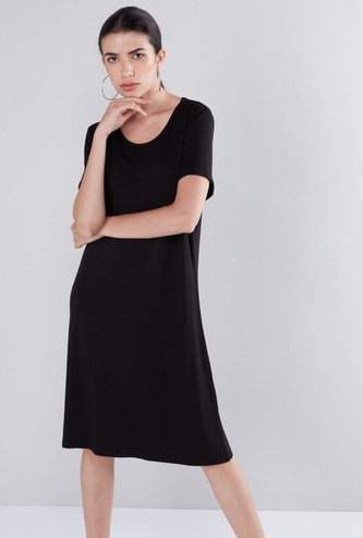 فستان واسع متوسط الطول بياقة عميقة وأكمام قصيرة