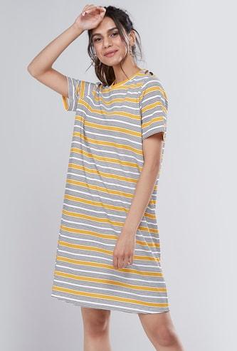 فستان مقلّم واسع متوسط الطول بأكمام قصيرة