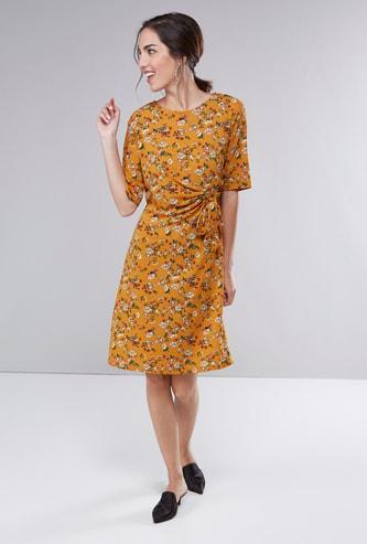 فستان واسع متوسط الطول بياقة مستديرة وتفاصيل معقودة وطبعات