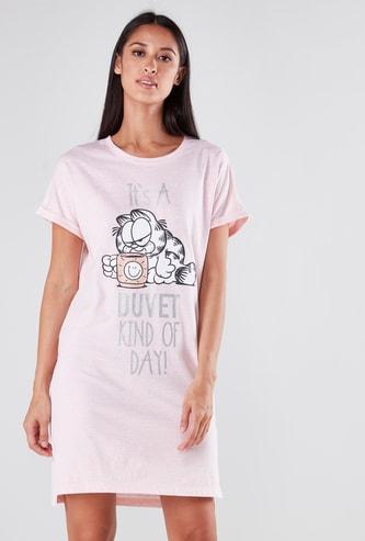 قميص نوم بياقة مستديرة وأكمام قصيرة وطبعات جارفيلد