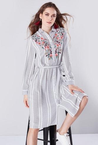 فستان قميص مقلّم متوسط الطول بأكمام طويلة وأربطة وتطريز