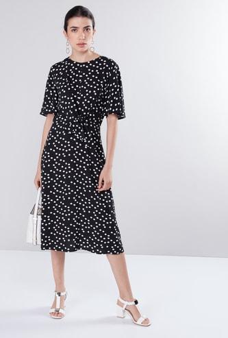 فستان إيه لاين بأكمام واسعة وعقدة أمامية وطبعات