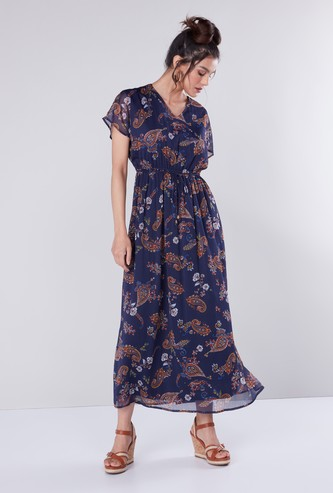 فستان طويل بياقة V وأكمام كاب وعقدة أمامية وطبعات