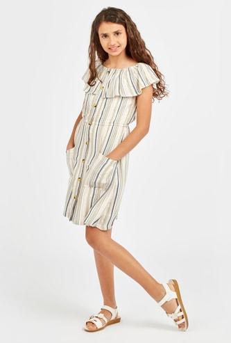 فستان قصير مقلّم بأكتاف مكشوفة وتفاصيل جيوب