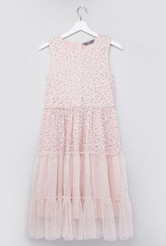 فستان دون أكمام بياقة مستديرة وتفاصيل من ترتر