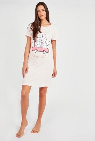 فستان نوم بياقة مستديرة وأكمام قصيرة وطبعات شعار