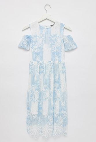 فستان ميدي بتفاصيل دانتيل بياقة مستديرة وأكمام بأكتاف مكشوفة