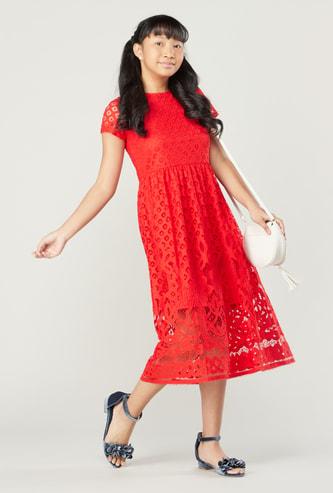 فستان دانتيل بياقة مستديرة وأكمام قصيرة