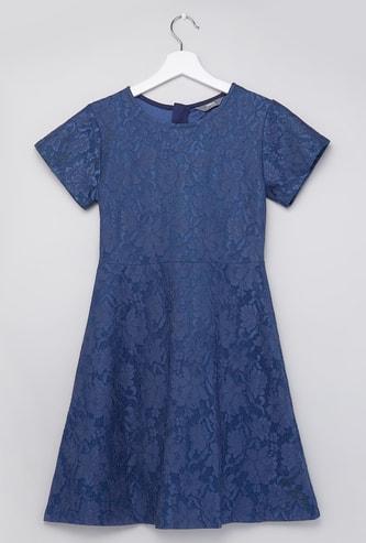 فستان بارز الملمس بياقة مستديرة وأكمام قصيرة