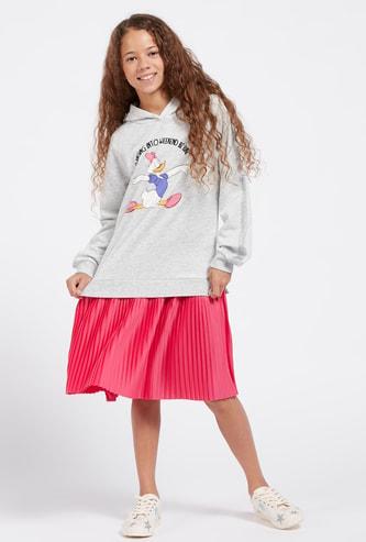 فستان كنزة بأكمام طويلة وقبعة وطبعات ديزي داك جرافيك