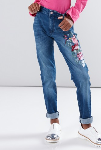 بنطال جينز مطرّز بزر إغلاق وتفاصيل لؤلؤ