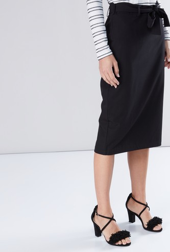 تنورة ضيّقة متوسطة الطول بحزام رباط
