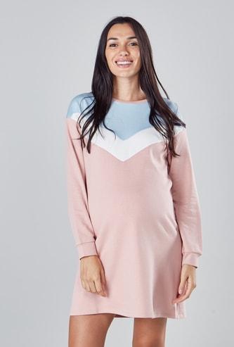 فستان متوسط الطول بقوالب ملوّنة بياقة مستديرة وأكمام طويلة