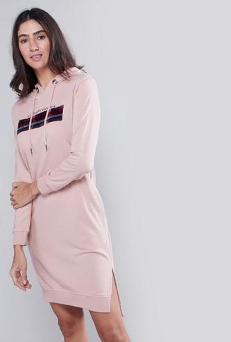 فستان تيشيرت قصير بقبّعة وأكمام طويلة وطبعات