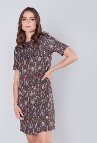 فستان كاروهات واسع متوسط الطول بأكمام قصيرة وتفاصيل جيوب