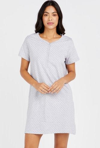فستان نوم بياقة مستديرة وأكمام قصيرة وطبعات قلب