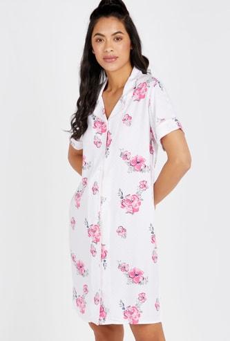 قميص نوم بياقة عاديّة مفتوحة وأكمام قصيرة وطبعات أزهار