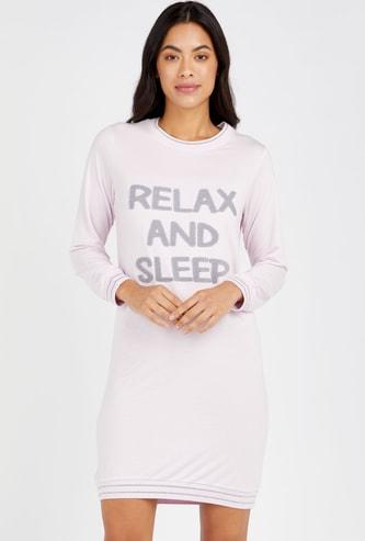 فستان نوم بياقة مستديرة وأكمام طويلة و زخارف شعار