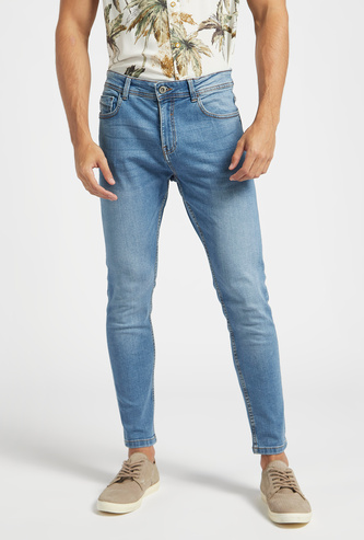 بنطلون جينز بقصة كاروت سليم سادة بتفاصيل جيوب وعراوي حزام وخصر متوّسط الارتفاع