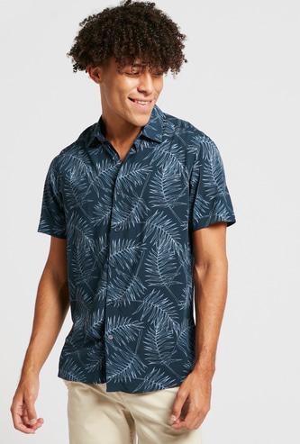 قميص بياقة عادية وأكمام قصيرة وطبعات بالكامل