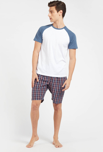 Solid Raglan Sleeves T-shirt with Checked Shorts