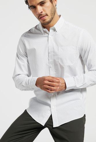 قميص بطبعات وأكمام طويلة