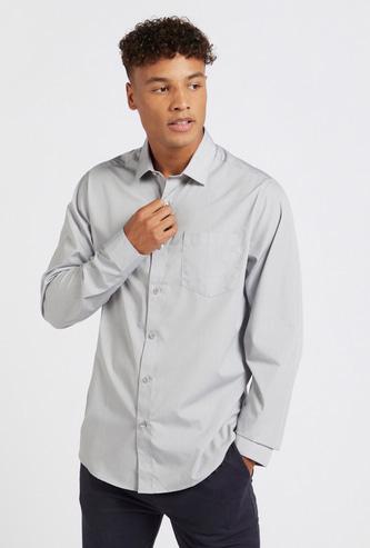 قميص سادة بياقة عادية وأكمام طويلة وجيب على الصدر
