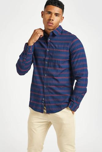 قميص سليم مقلّم بياقة عاديّة وأكمام طويلة