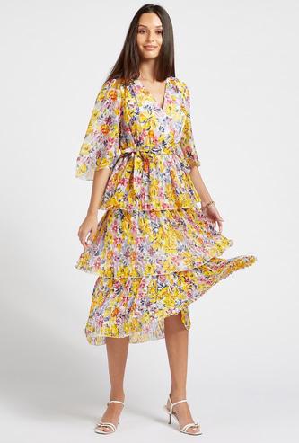 فستان بطبقات وثنايا وطبعات زهور بالكامل مع تفاصيل حزام