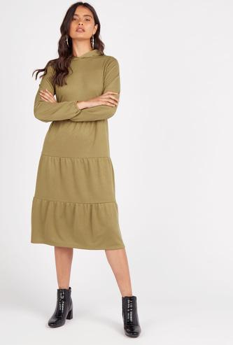فستان ميدي سادة بطبقات متعددة وقبعة وأكمام طويلة