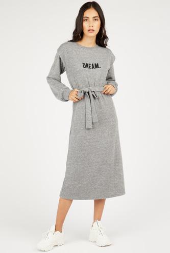 فستان ميدي واسع بارز الملمس بأكمام طويلة وأربطة