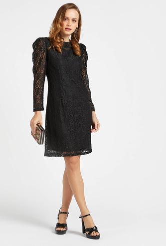 فستان دانتيل قصير بأكتاف منفوخة وأكمام طويلة