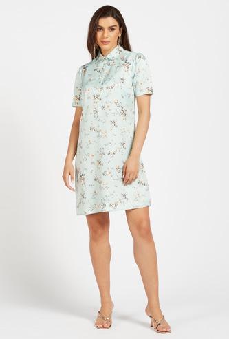 فستان واسع بطول الركبة بياقة عادية وأكمام قصيرة وطبعات زهرية