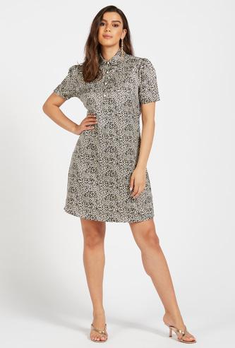 فستان قميص قصير بياقة عادية وطبعات نمر