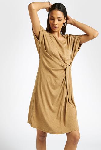 فستان سادة واسع بأكمام كاب وتفاصيل ملفوفة